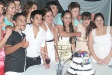 Foto junto a la torta de graduación